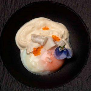 Kokotxas de bacalao, huevo escalfado y huevas de trucha